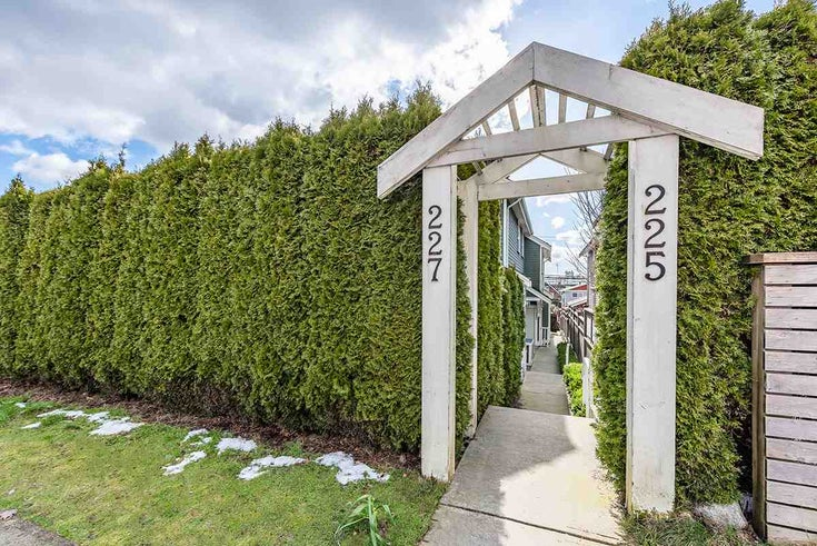 225 E 18TH STREET - Central Lonsdale 1/2 Duplex for sale, 3 Bedrooms (R2541509)