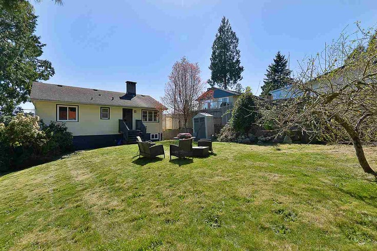 698 HILLCREST ROAD - Gibsons & Area House/Single Family for sale, 4 Bedrooms (R2565712)