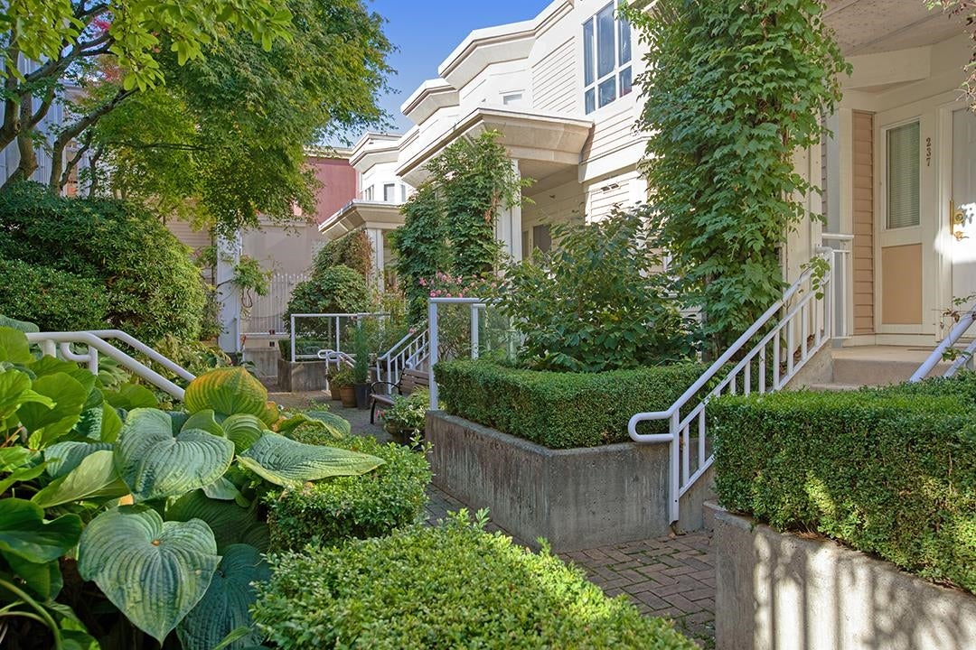 245 2565 W BROADWAY - Kitsilano Townhouse for sale, 2 Bedrooms (R2625467)